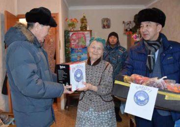 Акмолинская ассамблея народа Казахстана не только посетила с «саркытом» вдову Героя Советского Союза, но и решила взять над ней «шефство»