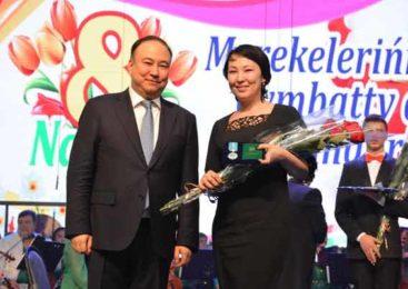 В преддверии 8 марта аким Акмолинской области поздравил женщин региона