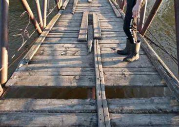 Мост проломился под ногами. Тонущего ребенка и его маму спас пограничник в СКО